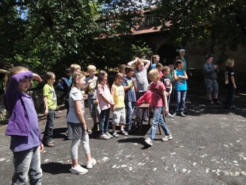 Kommunionkinder beim Erhalt der Geschenke des GHG Alzenau